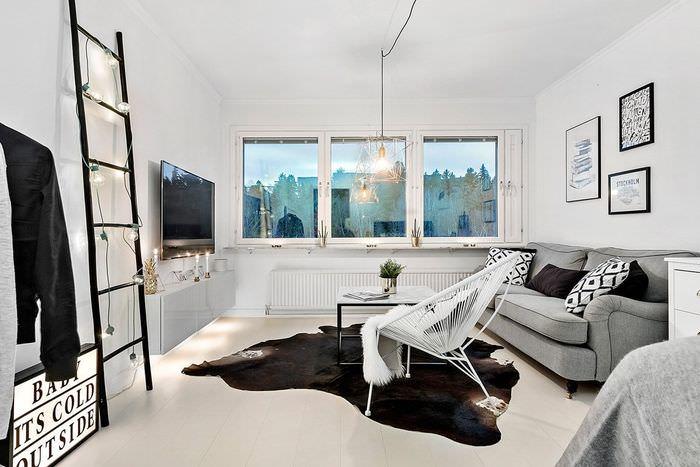 Лестница с лампочками в интерьере гостиной скандинавского стиля
