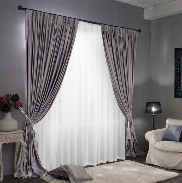 Легкие шторы серого цвета на окне гостиной частного дома