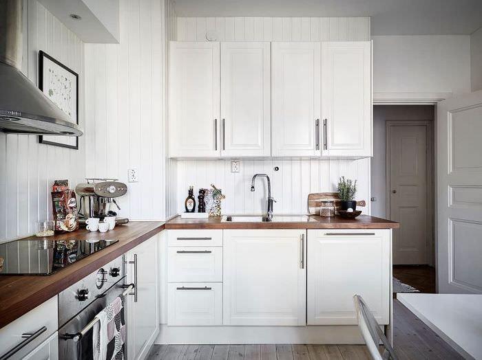 Угловая кухня частного дома в белом цвете
