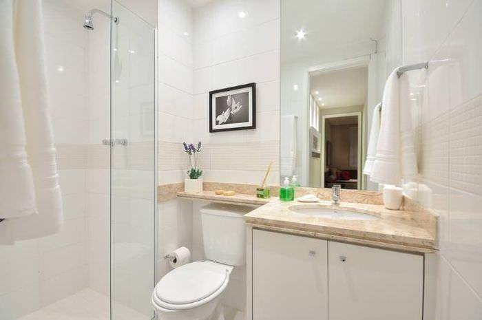 Дизайн небольшой ванной комнаты в белом цвете