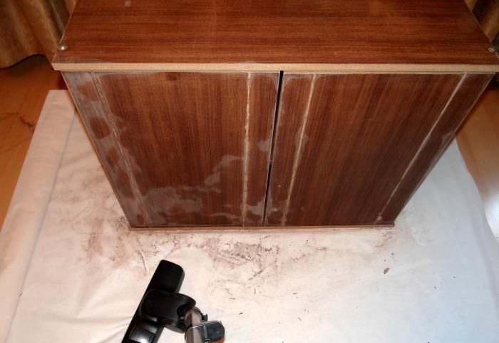 Обезжиривание дверок старого шкафа перед отделкой