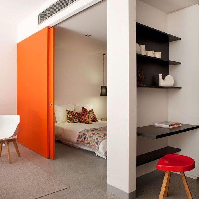 Оранжевая раздвижная перегородка между спальней и гостиной