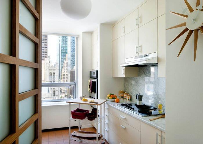 Передвижной столик в небольшой кухне