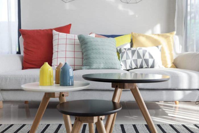 Разноцветные подушки на диване в гостиной
