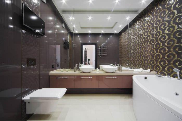 Белый подвесной унитаз на стене с коричневой отделкой