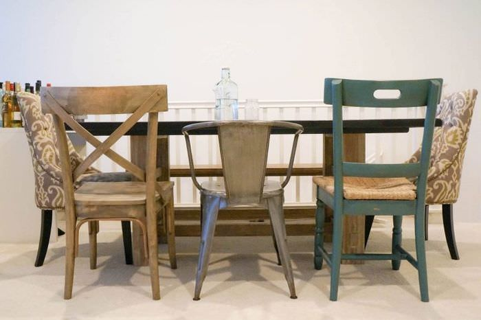 Разные стулья за обеденным столом