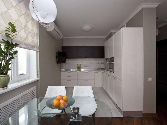 Дизайн современной кухни с римскими шторами