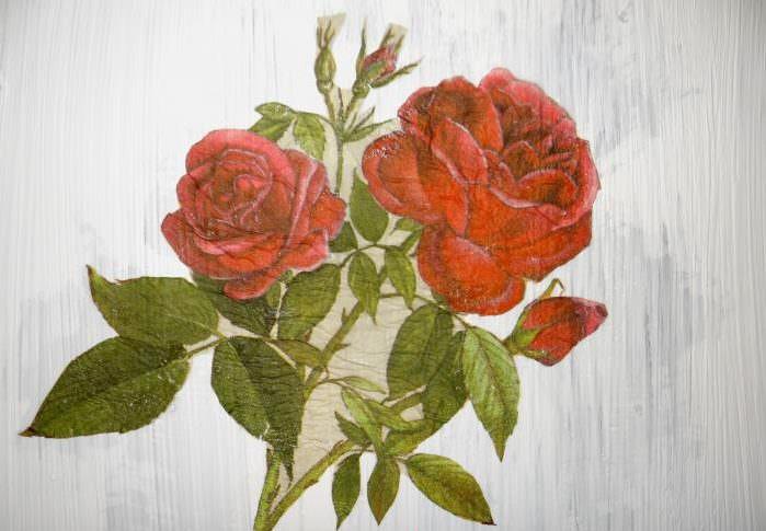 Рисунок розы на окрашенной поверхности старого шкафа