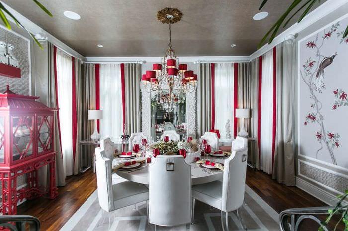 Красно-серые шторы в гостиной частного дома