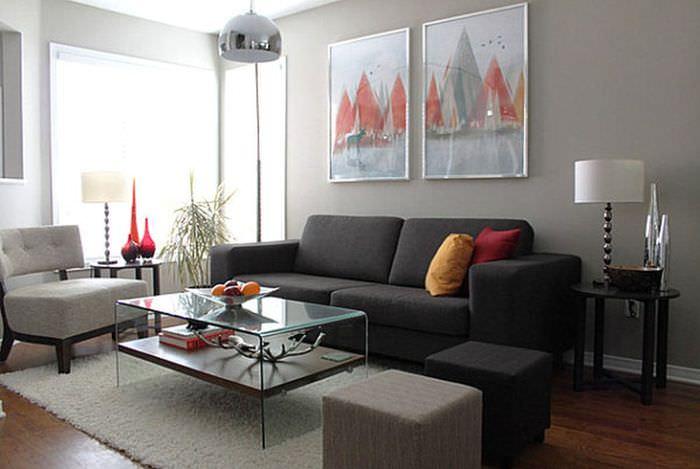 Темно-серый диван в гостиной