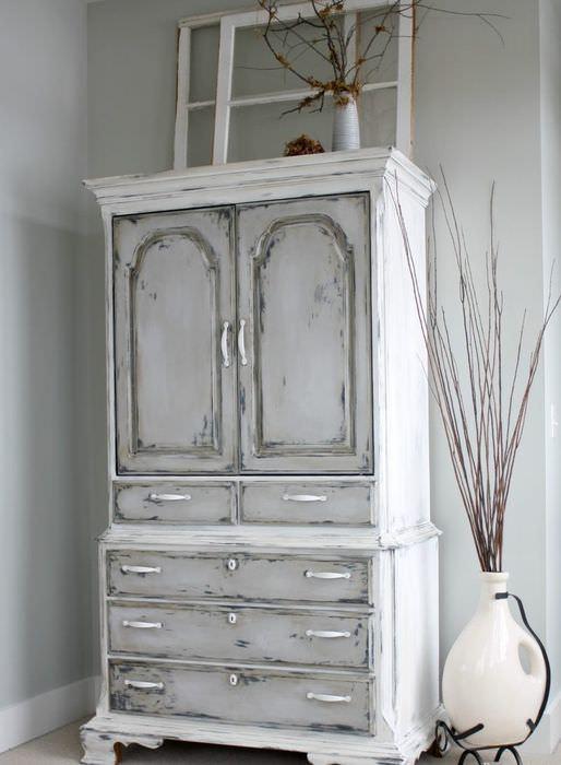 Старый шкаф в стиле кантри