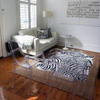 Прозрачные стулья в интерьере гостиной