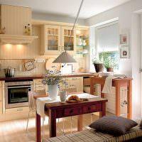 Интерьер кухни-гостиной с балконом
