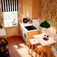 Небольшая кухня с деревянными табуретками
