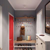 Красная дверь в сером коридоре