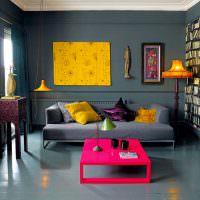 Желтая картина на серой стене