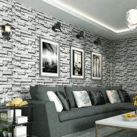 Серый диван у стены гостиной