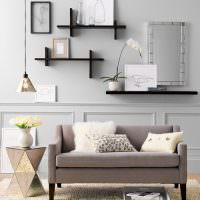 Открытые полки для декораций на стене гостиной