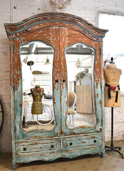 Старый потертый шкаф из дерева перед реставрацией своими руками