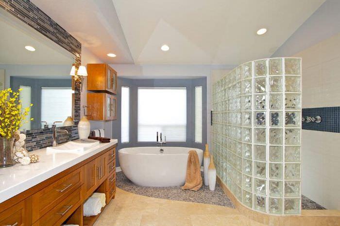 Зонирование современной ванной комнаты с помощью стеклоблоков