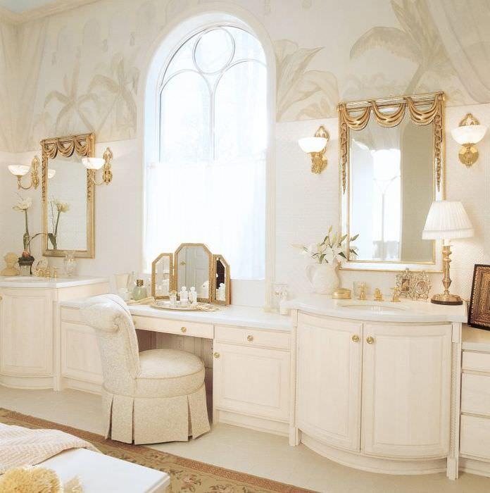 Два зеркала на стене классической ванной комнаты