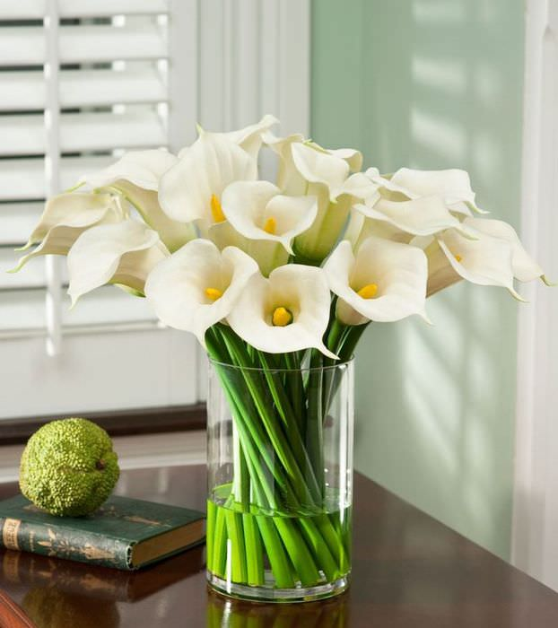 Стеклянная ваза с белыми цветами