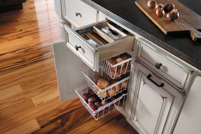 Кухонный гарнитур с выдвижными ящиками и корзинами
