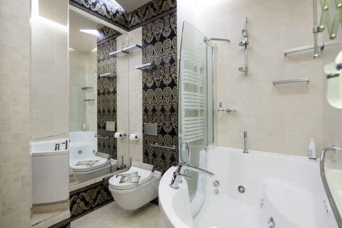 Подвесной унитаз рядом с зеркалом в ванной комнате