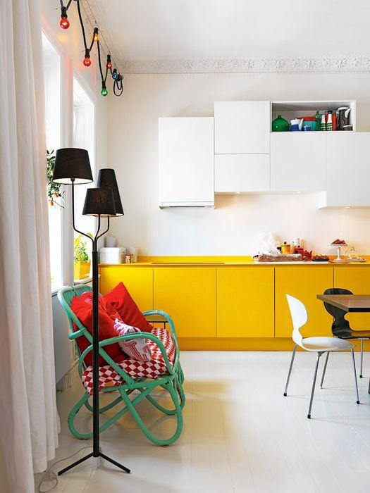 Сочетание белого цвета с желтым в интерьере кухни