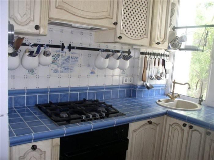 Облицовка кухонной поверхности керамикой обойдется дешевле.