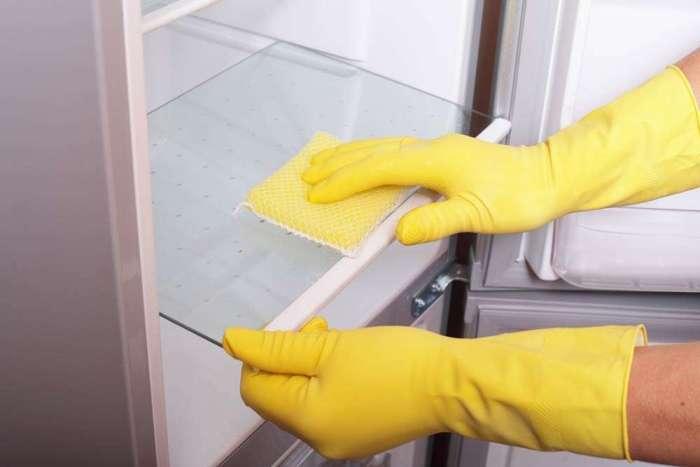 Мытье стенок холодильника.