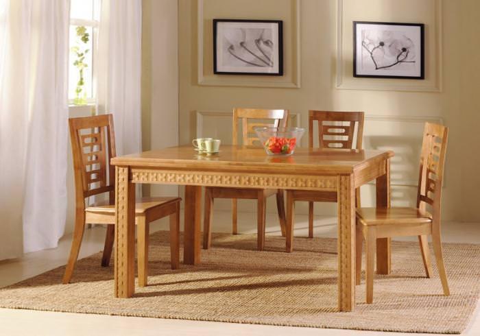 Деревянный обеденный стол.