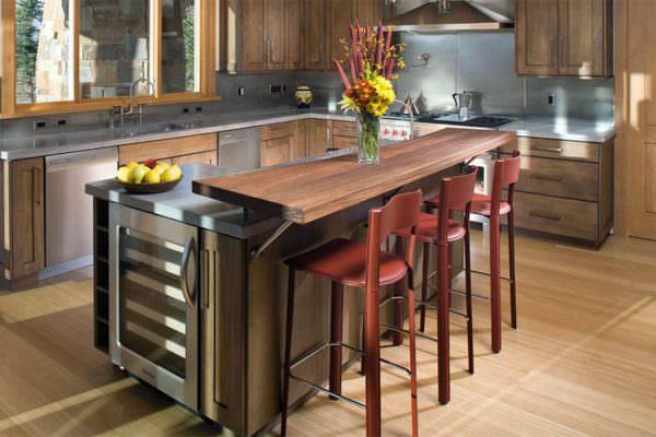 Идеальна для небольшой кухни. Верхний ярус – стойка, а нижний – обеденный стол.