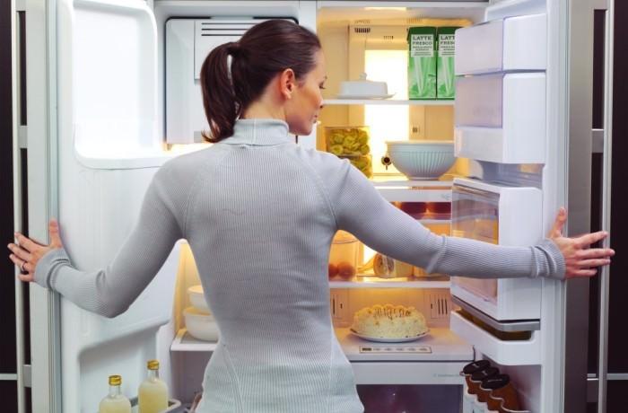 Холодильник включается и отключается.