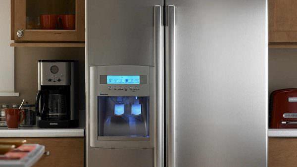 для тех, кто предпочитает коктейли; кулер с водой, которую можно налить прямо из дверцы агрегата;