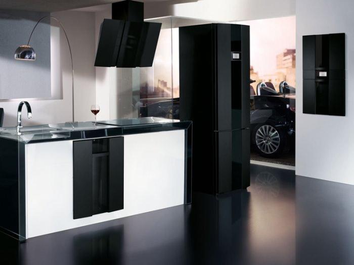 Кухня с черным холодильником.