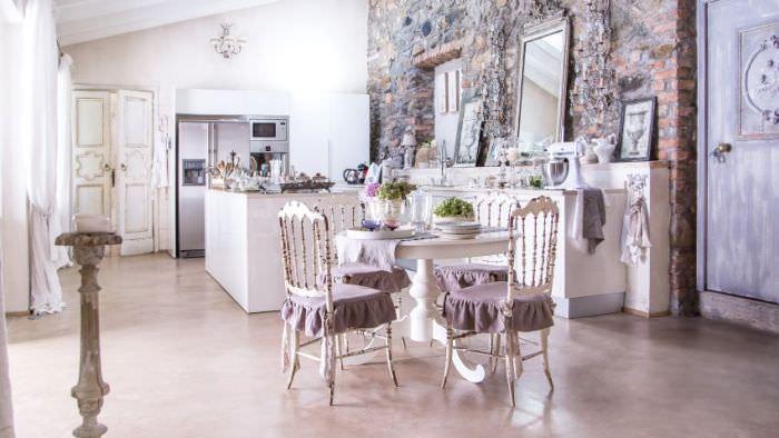 круглый стол на кухне.