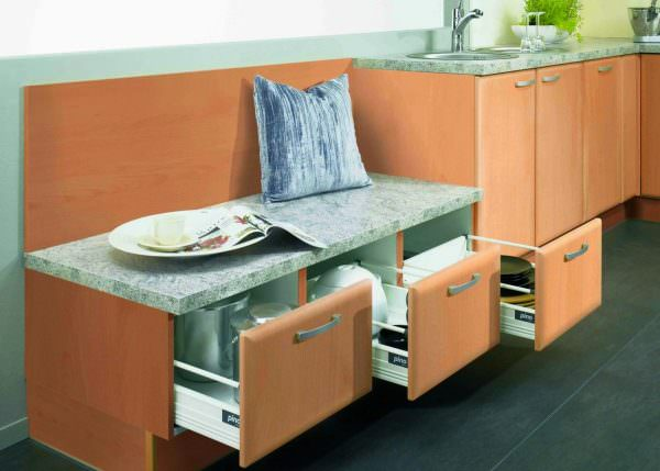 Небольшой кухонный диван с ящиками