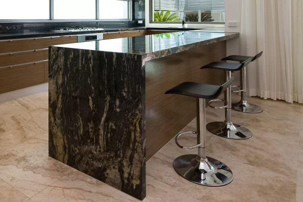 Каменное изделие, выполненное из мрамора, гранита, оникса, смотрится роскошно и дорого