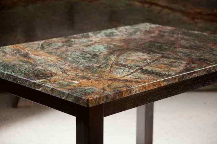Мраморный стол.