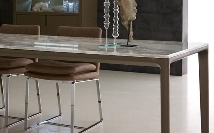Интерьер с мраморным столом.