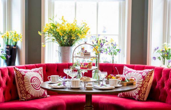 На кухонных подоконниках чаще всего и помещаются вазоны с цветами, поэтому важно учитывать сторону, на какую выходят окна, от этого и зависит освещение.