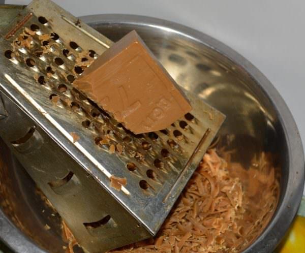 Натираем мыло на терке и растворяем на водяной бане
