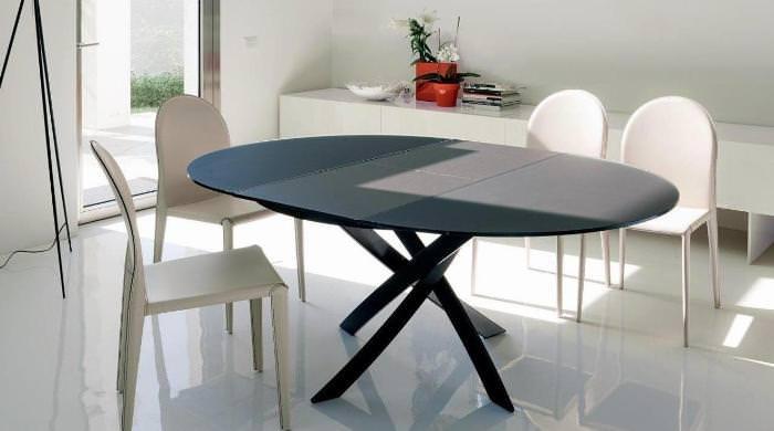 овальный обеденный стол.