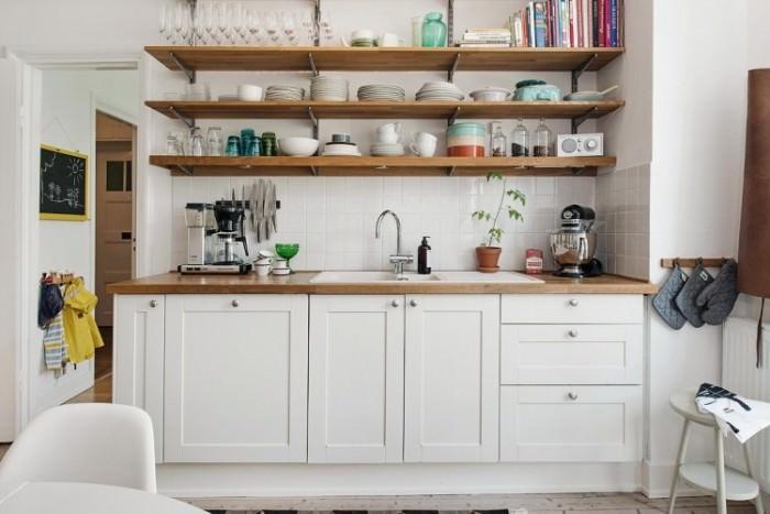 Полки из дерева в интерьере кухни.