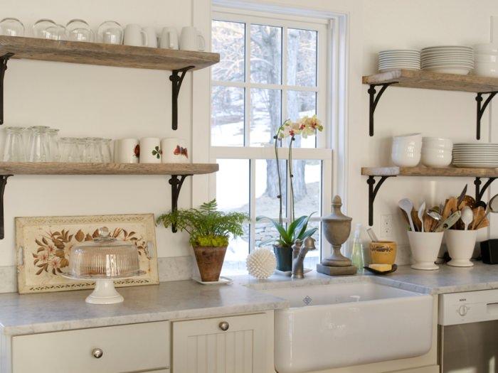 открытые полки на кухне.
