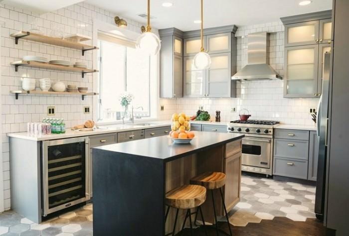 Дизайн кухни с полками.