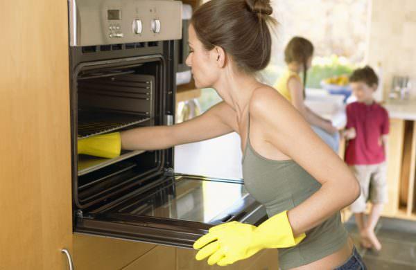 Протрите духовку уксусом и проветрите- запаха как не бывало