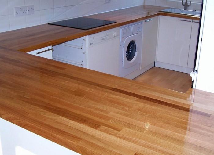 Деревянная столешница в дизайне кухни.
