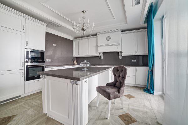 Столешница отлично вписывается в общий дизайн интерьера кухни